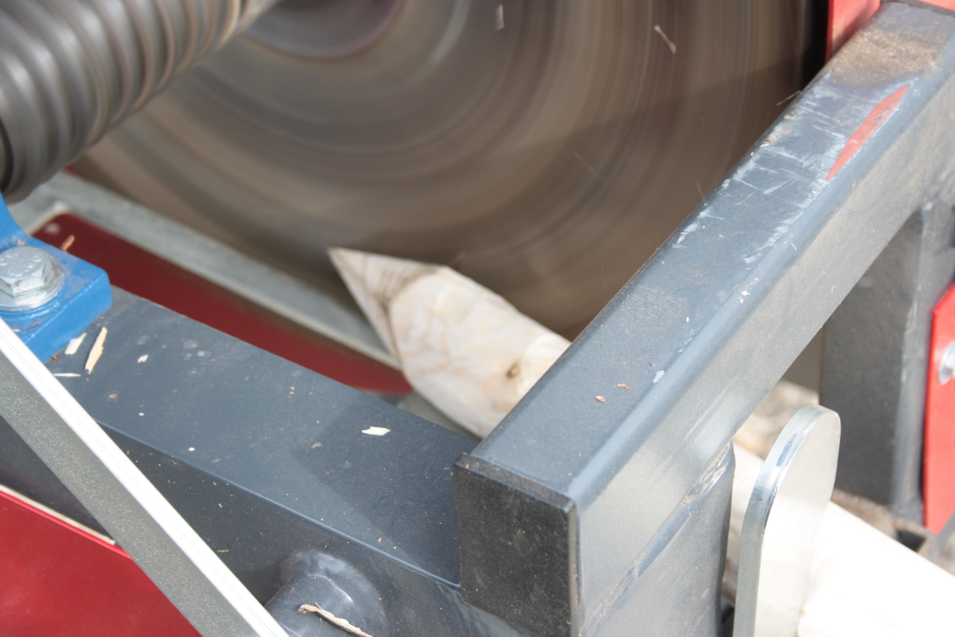 Detail pily odkorňovače